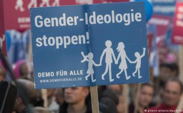 Manifestação de grupos conservadores cristãos contra o novo currículo de educação sexual em escolas, em Wiesbaden