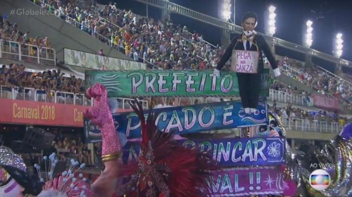 Estação Primeira de Mangueira faz boneco do Judas com foto do prefeito Marcelo Crivella
