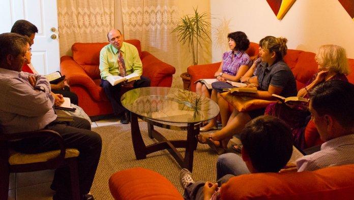 Grupo se reúne em uma casa para culto