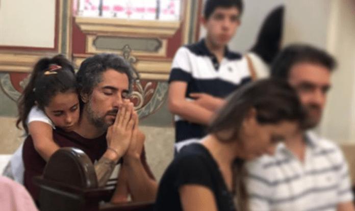 Apresentador Marcos Mion em oração na companhia de sua filha, Donatella