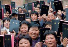 Chineses com a Bíblia na mão