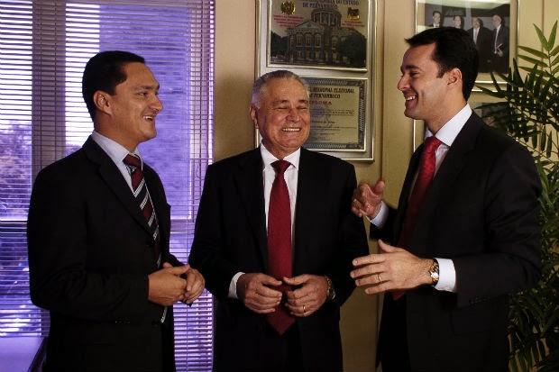 André Ferreira (esquerda), o pai Manoel Ferreira (centro) e Anderson Ferreira (direita)