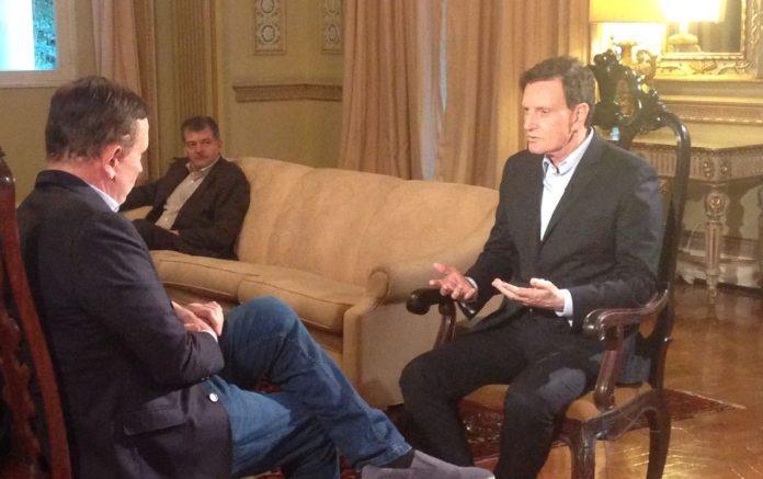 Marcelo Crivella durante entrevista ao repórter Roberto Cabrini no programa Conexão Repórter, do SBT