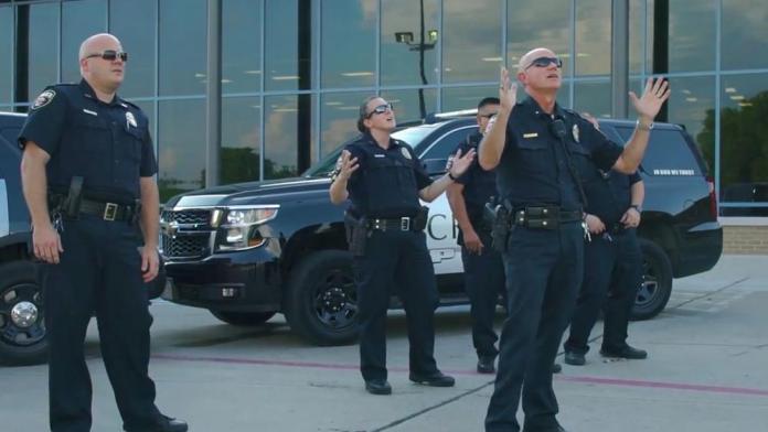 Policiais gravaram vídeo da música