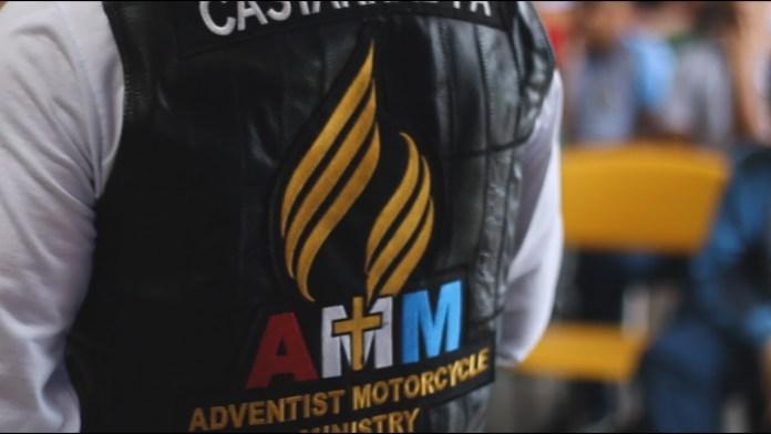 Motoqueiro com uma jaqueta do Ministério de Motociclistas Adventistas