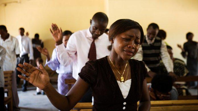 Cristãos em uma igreja na África