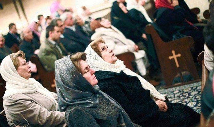 Cristãos em uma igreja no Irã