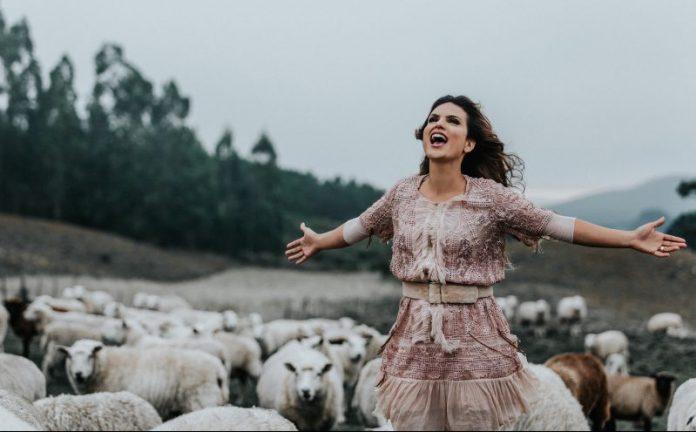 Aline Barros no clipe da música