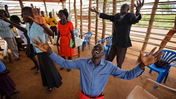 Culto em um campo de refugiados do Sudão do Sul, na Uganda