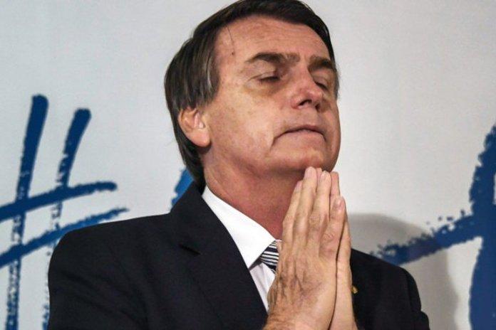 Jair Bolsonaro orando