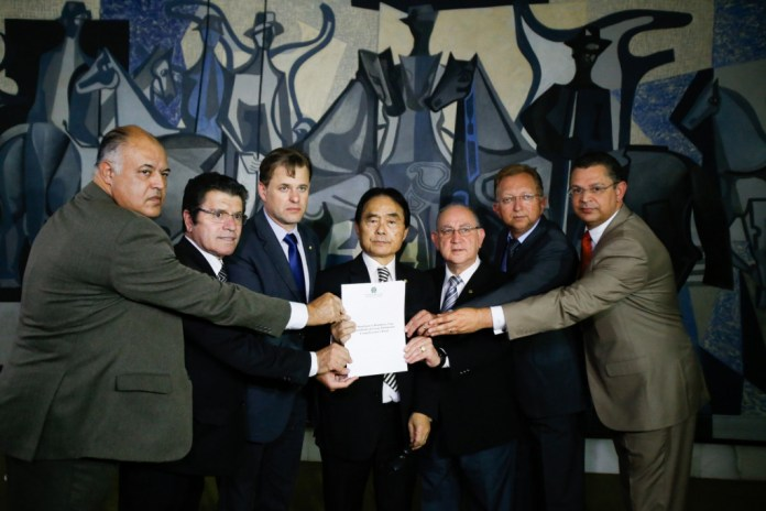 Bancada evangélica defende reforma da Previdência e fusão de ministérios em cartilha entregue ao candidato a Presidência Jair Bolsonaro