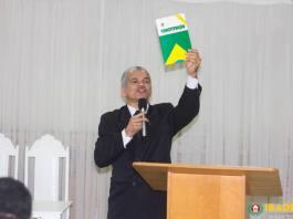 Dr. Gilberto Garcia na IBADERJ com a Constituição na mão