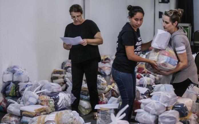 Membros da Igreja Evangélica Embaixada do Reino de Deus preparam kits de primeira necessidade para refugiados venezuelanos