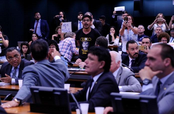 Comissão da Escola Sem Partido teve momentos de bate-boca entre manifestantes e deputados no dia 13 de novembro de 2018