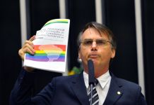 Jair Bolsonaro, então deputado federal pelo Partido Progressista (PP) discursando contra material do ativismo gay