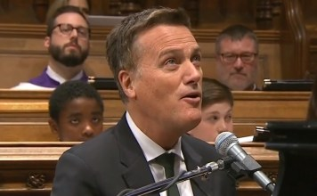 "Michael W. Smith canta a música ""Friends"" no funeral de George HW Bush na Catedral Nacional de Washington em Washington, DC em 5 de dezembro de 2018"