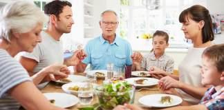 Família orando antes da refeição