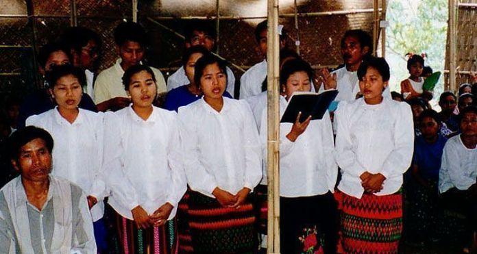 Cristãos cantando durante culto em Bangladesh