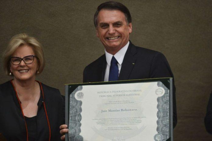 Jair Bolsonaro ao lado da presidente do TSE Rosa Weber na cerimônia de diplomação como presidente eleito, no TSE (Foto: Valter Campanato/Agência Brasil)