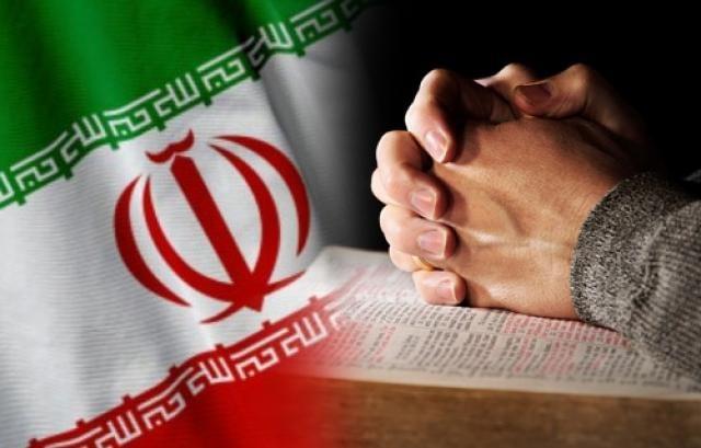 Bandeira do Irã e mãos postas em cima de uma Bíblia (montagem)