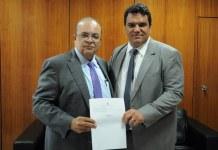 Governador do DF, Ibaneis Rocha (MDB), à esquerda, durante posse do coordenador de Assuntos Religiosos do DF, Kildare Araújo Meira | Foto: Divulgação/ GDF