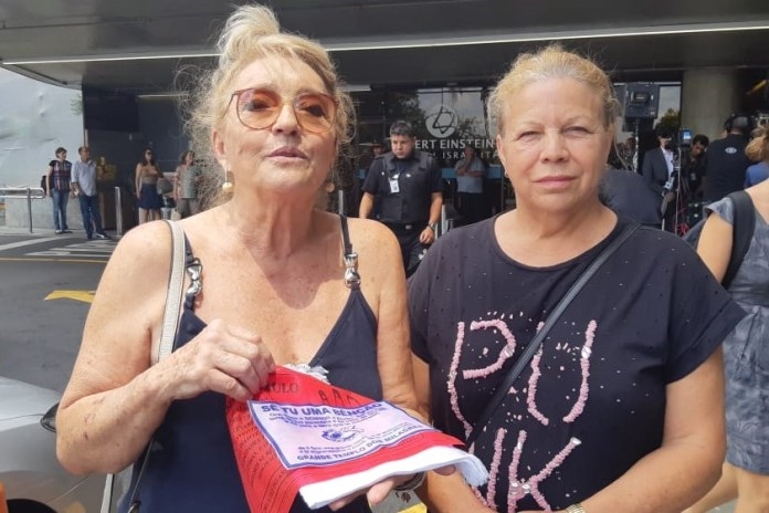 Duas irmãs levaram para Bolsonaro panos ungidos por Valdemiro Santiago