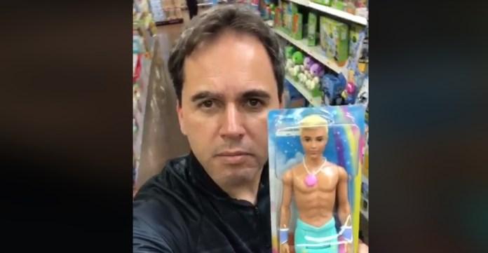 Vereador Alexandre Isquierdo mostra o boneco Ken Sereia como uma forma de promover a ideologia de gênero entre as crianças.