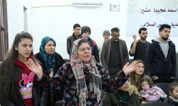 Cristãos durante culto na Igreja dos Irmãos em Kobani, na Síria. (Foto: NBC News)