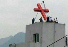 Cruz é arrancada do prédio de uma igreja com guindaste na China