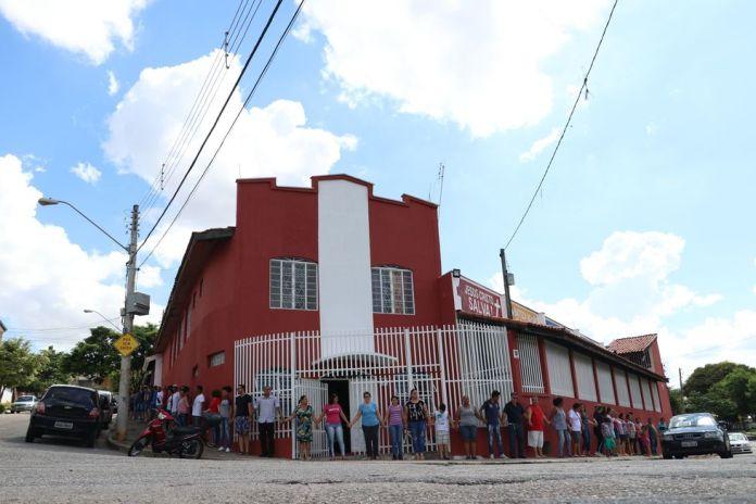 Para se manifestarem, fiéis deram um abraço em torno do prédio da Igreja do Evangelho Quadrangular (IEQ) do Jardim São Camilo, na zona norte de Sorocaba