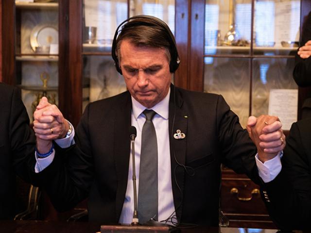 Bolsonaro orando com líderes evangélicos durante encontro nos EUA