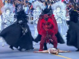 """Em seu enredo """"A saliva do santo e o veneno da serpente"""", A Gaviões da Fiel encenou """"Jesus sendo derrotado pelo diabo"""", o que gerou revolta nas redes sociais. (Imagem: Reprodução - Rede Globo)"""