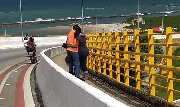 Evangélicos na ponte Newton Navarro evitam suicídios