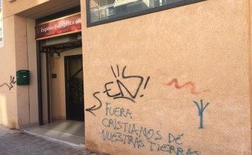 Igreja evangélica com pichações na Espanha