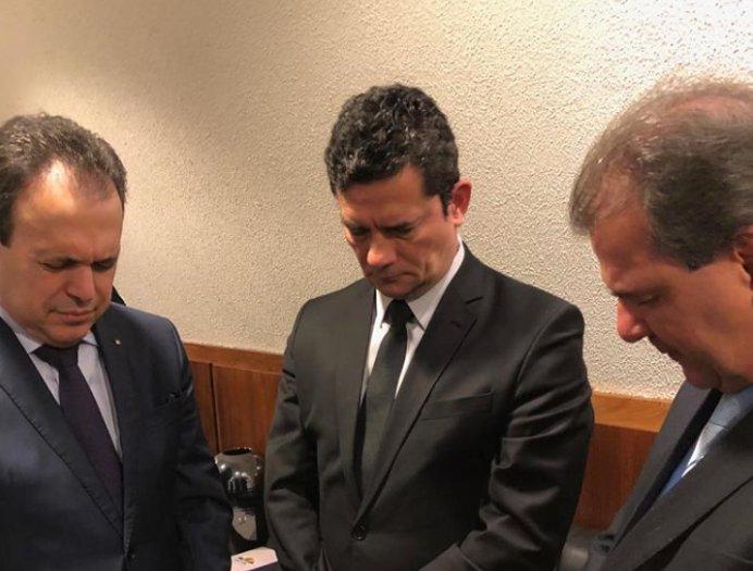 Pastores oram com o ministro da justiça, Sérgio Moro