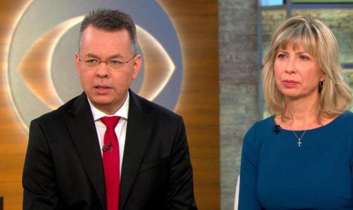 Pastor Andrew (esquerda) e sua esposa, Norine Brunson (direita) concedendo entrevista em uma emissora de televisão. (Imagem: CBS News)