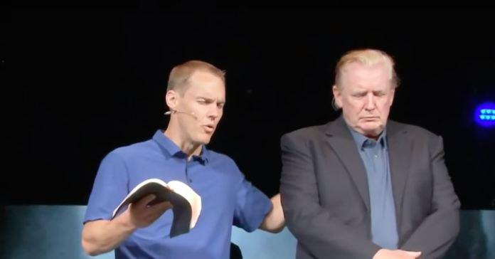 Donald Trump faz visita surpresa em igreja evangélica e pastor ora por ele