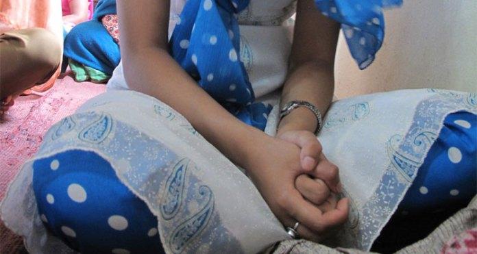 Jovem orando no Nepal
