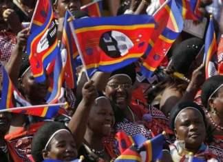 Cidadãos de eSwatini agitam bandeiras do país