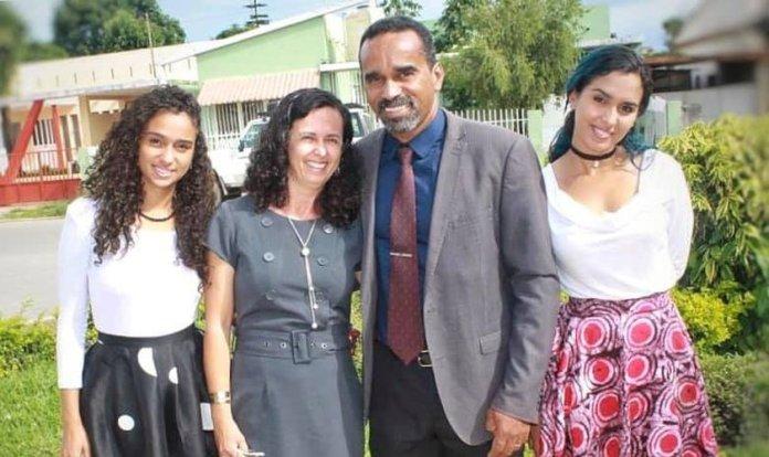 Yelissa (à esquerda) é a filha mais nova dos missionários Ismael e Sibele, líderes da JOCUM no Huambo. (Foto: Facebook)
