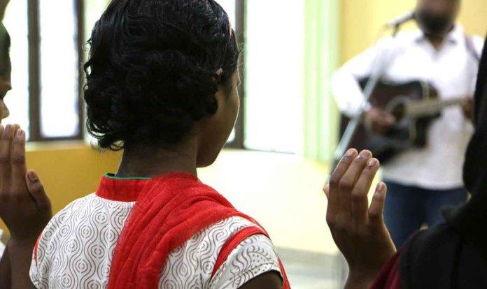 Saree se entregou a Jesus após ter sido curada de surdez, enquanto cristãos clamavam pela sua cura em uma igreja, na Índia. (Foto: Portas Abertas - EUA)