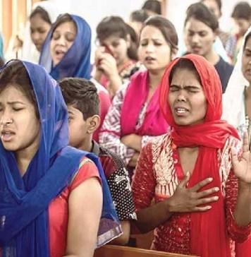 Cristãos orando durante culto na Índia