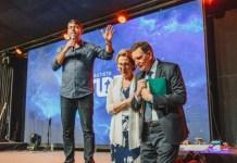 Crivella e sua esposa recebem oração do pastor Josué Valandro Júnior na Igreja Batista Atitude, na Barra da Tijuca