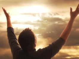 Homem com as mãos para os céus agradecendo a Deus