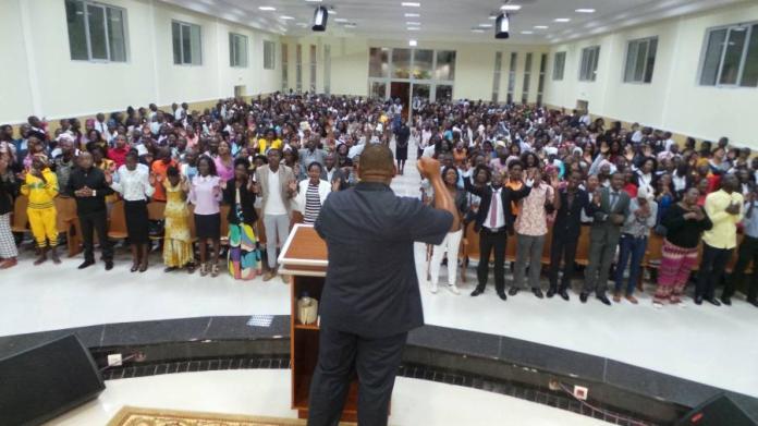 Culto em um dos mais de 200 templos da Igreja Universal em Angola.