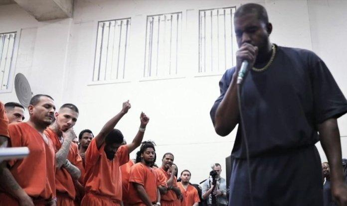 Kanye West se apresentou e pregou para os detentos, fazendo também um apelo, chamando-os a entregarem suas vidas a Jesus com uma oração de confissão de pecados. (Imagem: Youtube)