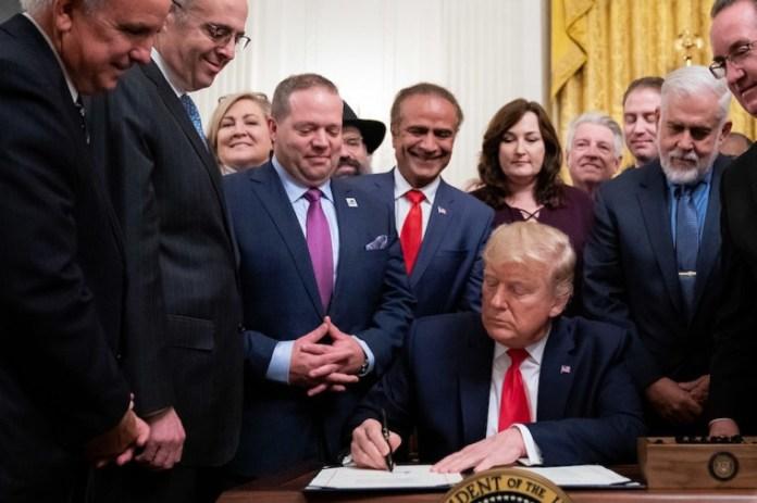 O presidente Donald J. Trump assina a HR 2476, a Lei que protege as Organizações sem fins lucrativos americanas contra o terrorismo