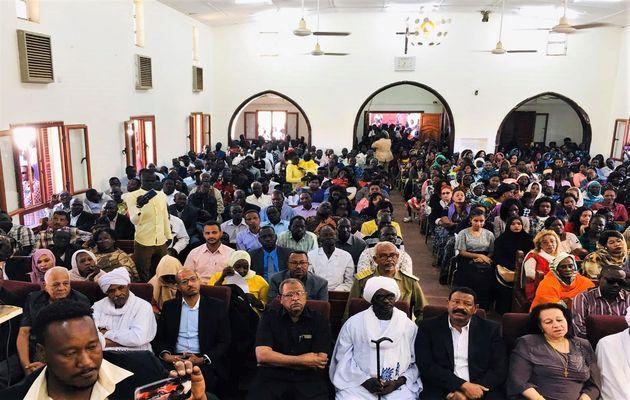 Oficiais do governo muçulmano participam do culto de Natal na Igreja Evangélica de Cartum Bahri, no Sudão