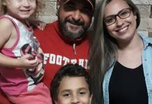 Cantor Ivanilson Pontes, com seus três filhos, faleceu vítima de câncer (Foto: Reprodução)