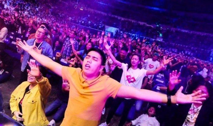 Movimento de oração entre jovens nas Filipinas. (Foto: Reprodução/Facebook)